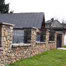img.: Stone fence with metal fittings